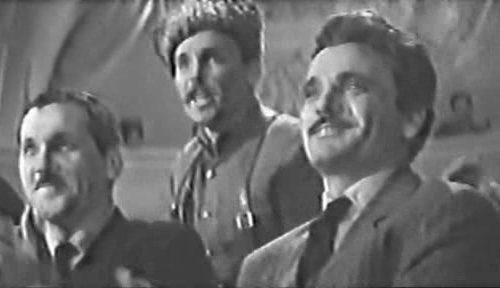 Кадр из фильма «26 бакинских комиссаров» , Фёдор Солнцев (актёр Никита Жалнин) в центре в папахе.