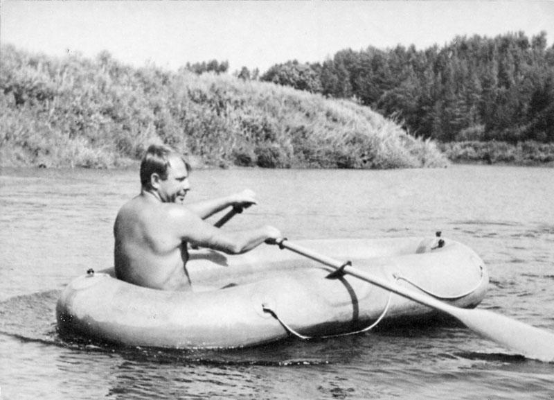 Юрий Гагарин на реке Угре. Фото А. Лукашенко