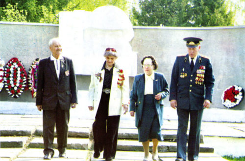 Ветераны Н.А. Гришуткина, Н.И. Коляскин, руководитель Музея боевой славы 354-й дивизии школы № 617 г. Зеленограда А.Ф. Куксина и сын начальника штаба этого соединения В.Н. Френкин на воинском мемориале в Гагарине.
