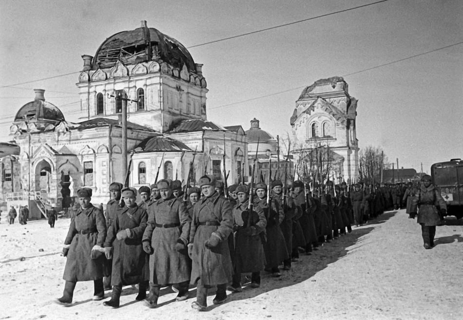 Колонна советских войск проходит по улице освобожденного города Гжатска.