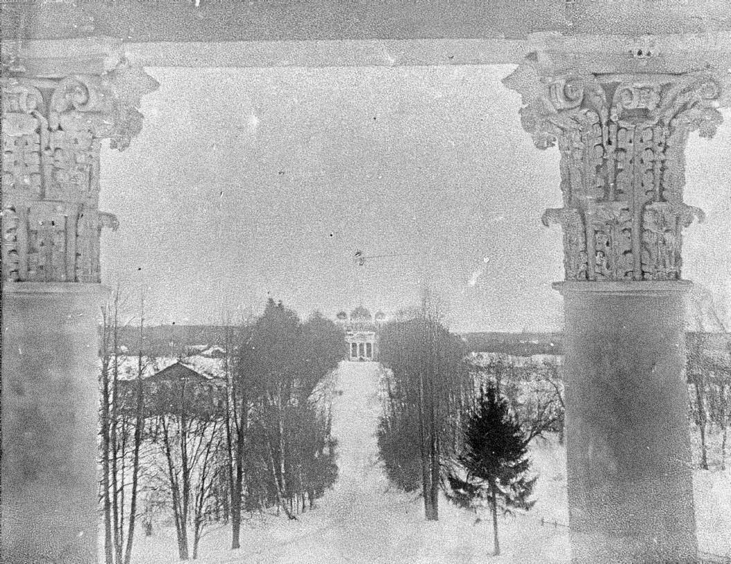 Усадьба Самуйлово. Вид из окон верхнего этажа в сторону церкви Рождества Богородицы (построена в 1791 году).