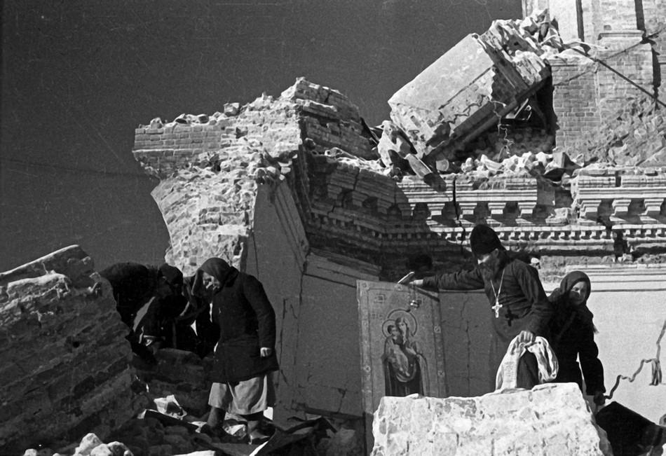 Вид взорванного немецкими оккупантами здания средней школы в городе Гжатске