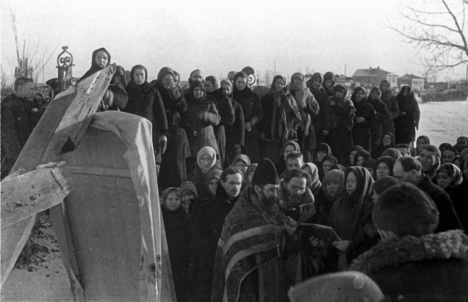Православный священник служит молебен.