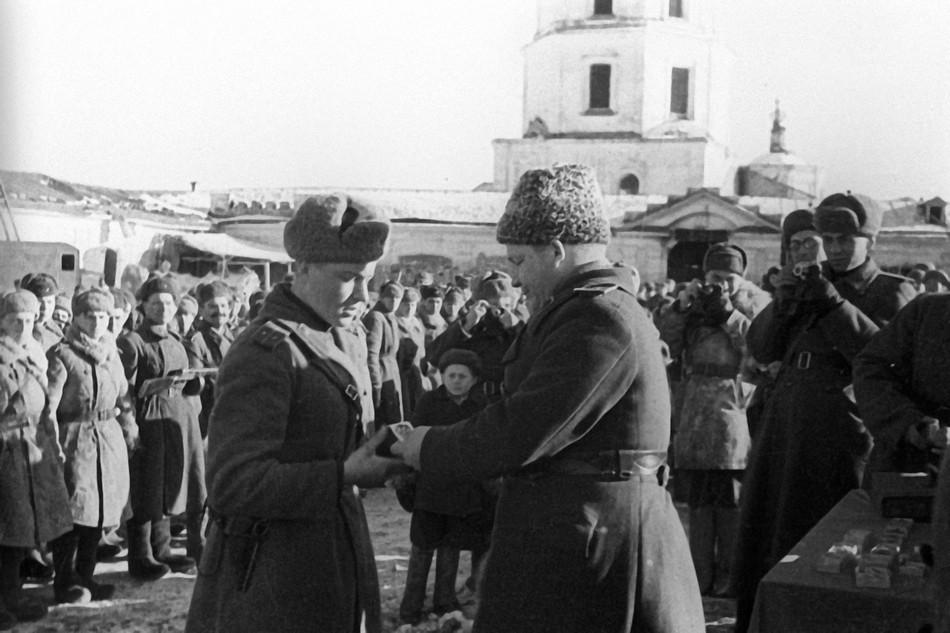 Член Военного совета 5-й армии генерал-майор П. Ф. Иванов вручает награды бойцам и офицерам.