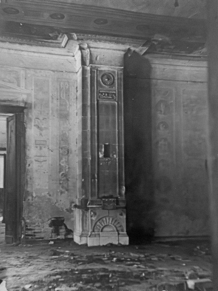 Усадьба Самуйлово. Интерьер усадебного дома. Фрагмент гостиной с печью.