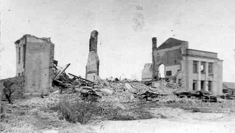 Взорванное немецкими оккупантами здание средней школы в городе Гжатске.