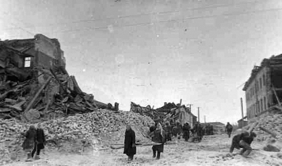 Разрушенная улица в Гжатске.